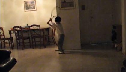 Ung spelare tränar hemma
