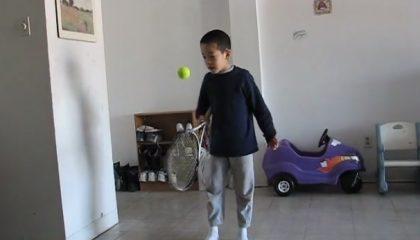 Ung spelare studsar bollen på ramen